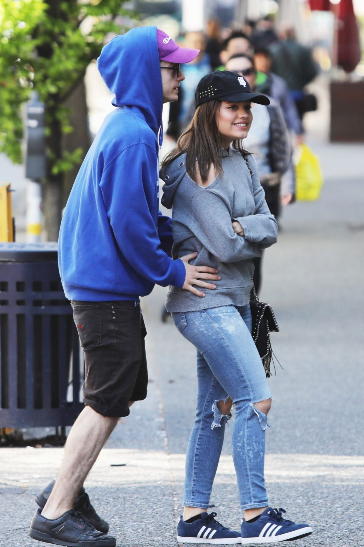 sarah jeffery and her boyfriend enjoy an afternoon lunch together in vancouver